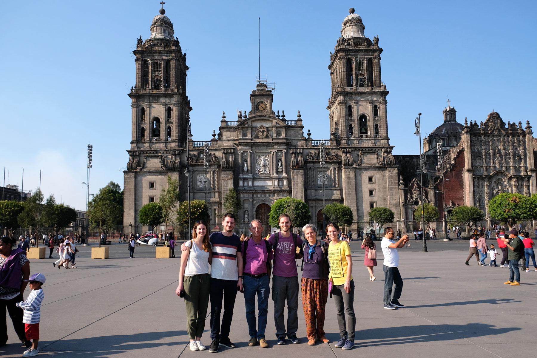 Mit Leos Familie stehen wir auf dem Zócalo vor der Kathedrale in Mexiko-Stadt.