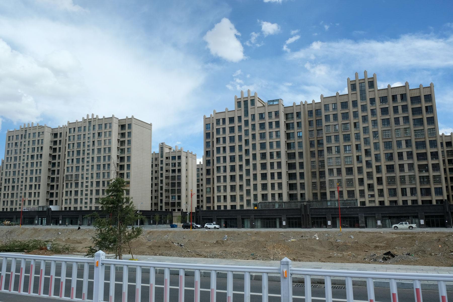 Hochhäuser säumen die Außenbezirke von Lhasa in Tibet.