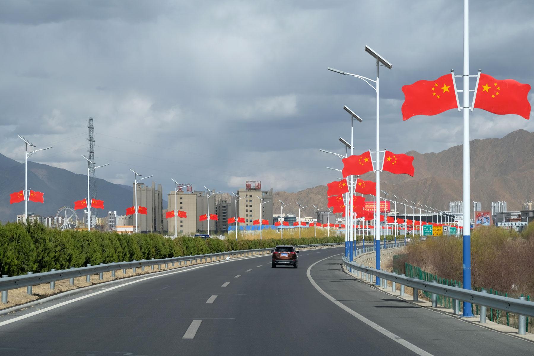 Eine große Straße führt hinein nach Lhasa.