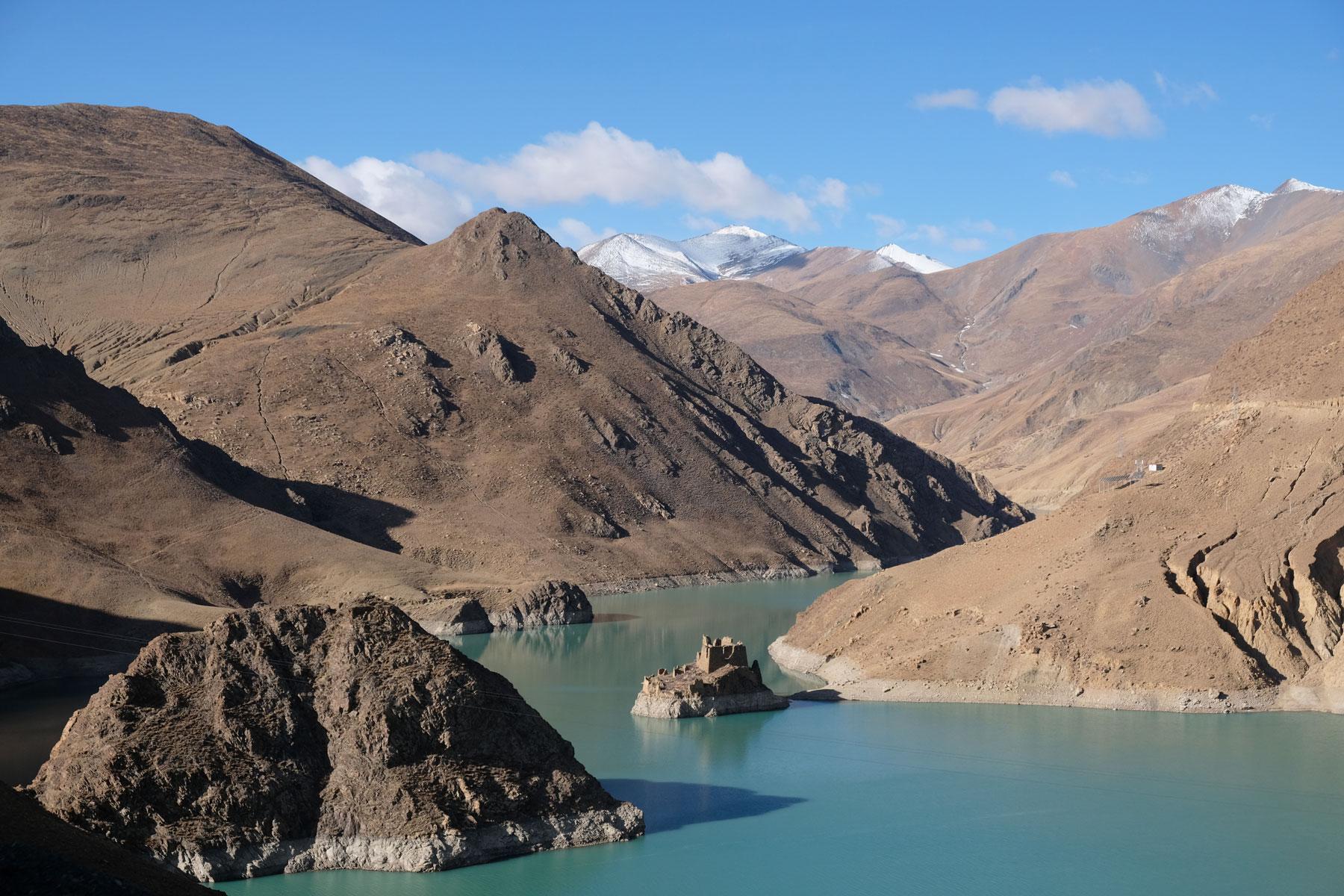 Das Manla Reservoir liegt eingebettet zwischen den Bergen kurz hinter der Stadt Gyantse in Tibet.