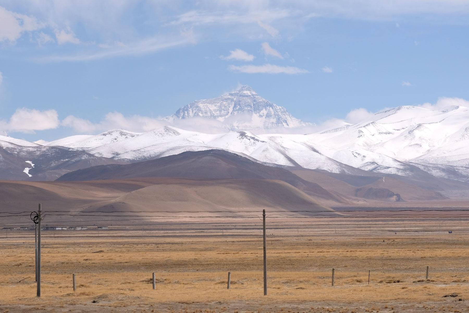 Der Mount Everest erhebt sich wolkenfrei über der tibetischen Hochebene.