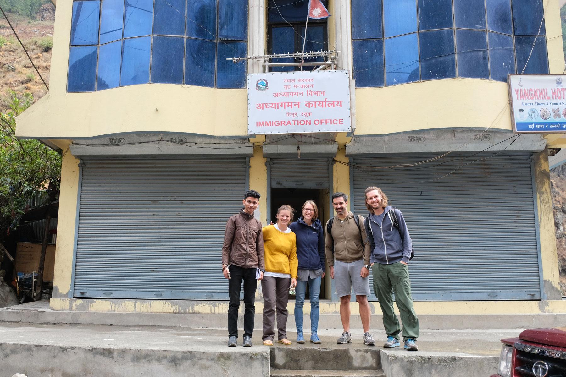 Leo und Sebastian stehen am Ausreisegebäude in Rasuwa Ghadhi in Nepal.