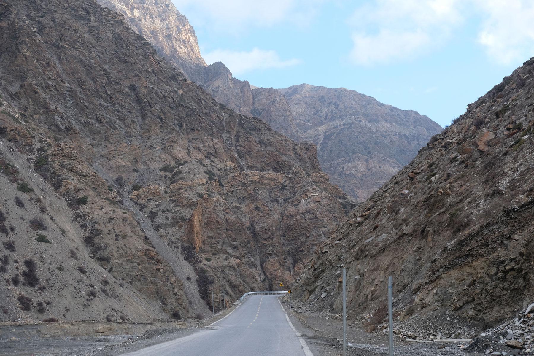 Die Straße windet sich durch die Bergtäler Tibets.