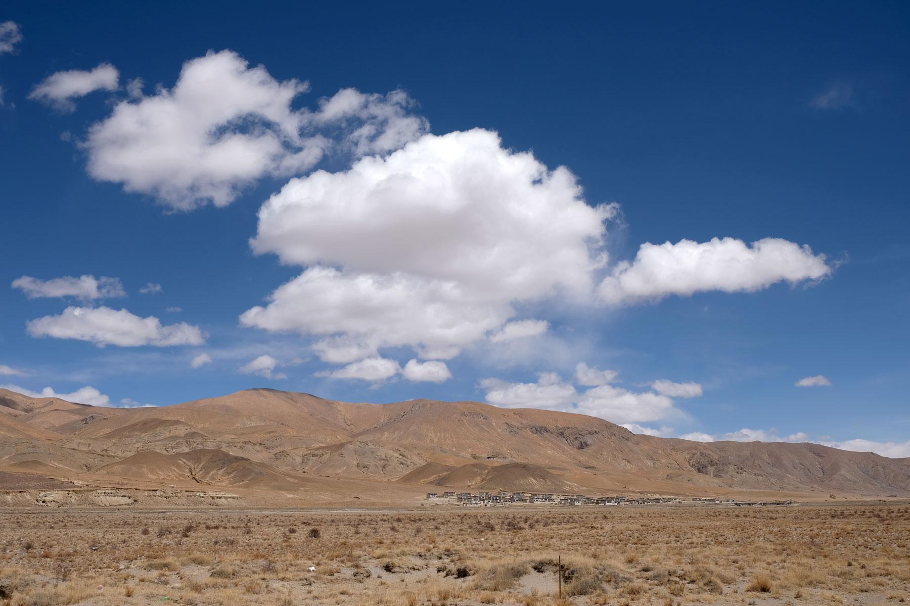 Wenige Wolken sind am strahlend blauen Himmel Tibets.