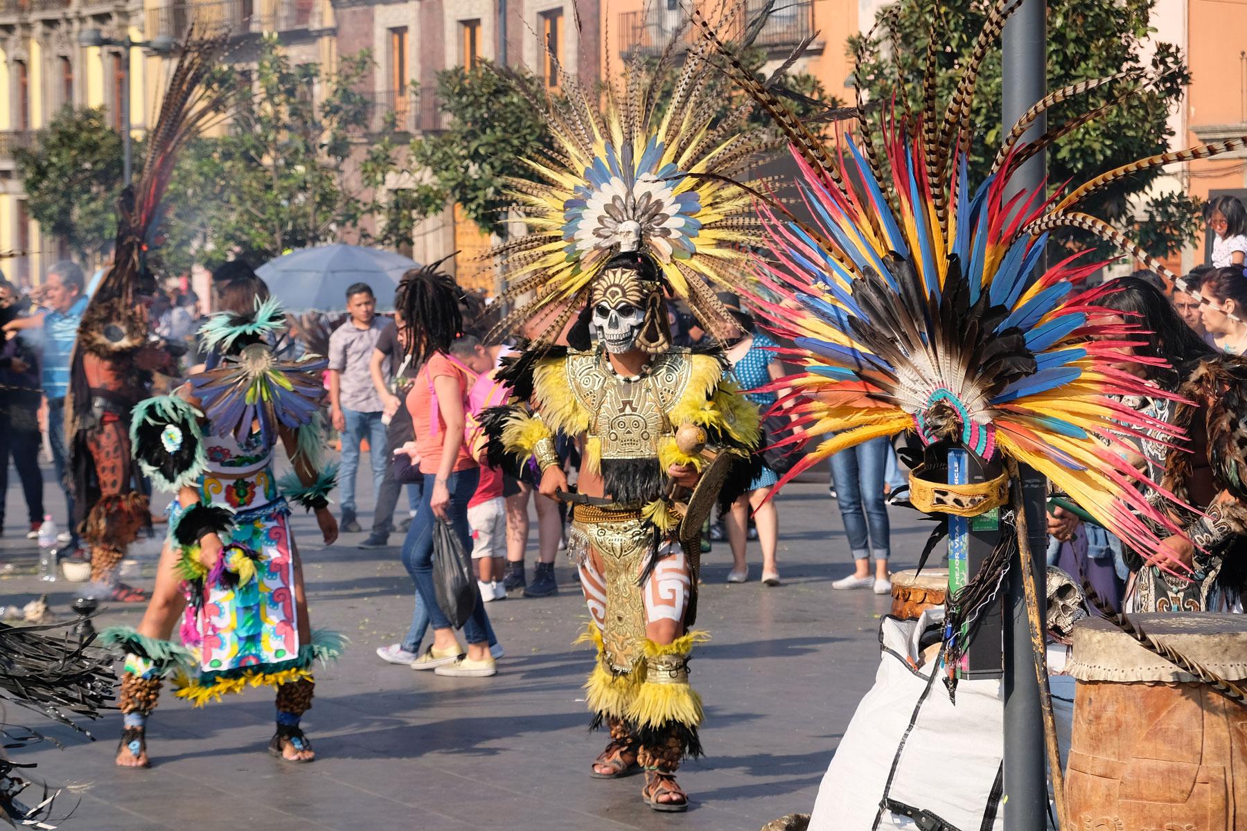 Ein Vogelmann tanzt auf dem Zócalo von Mexiko-Stadt.