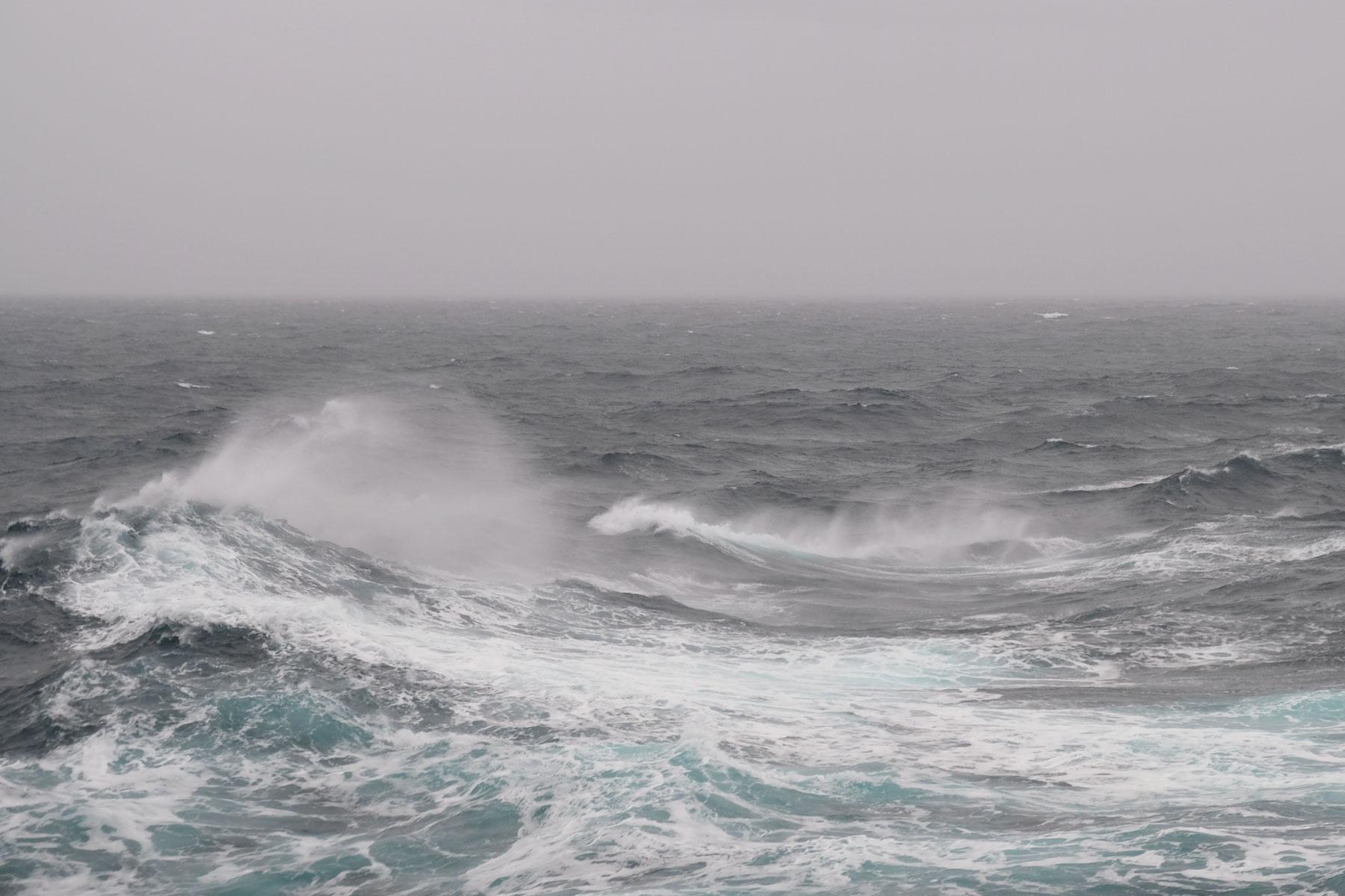 Wellen und Gischt im Pazifik.