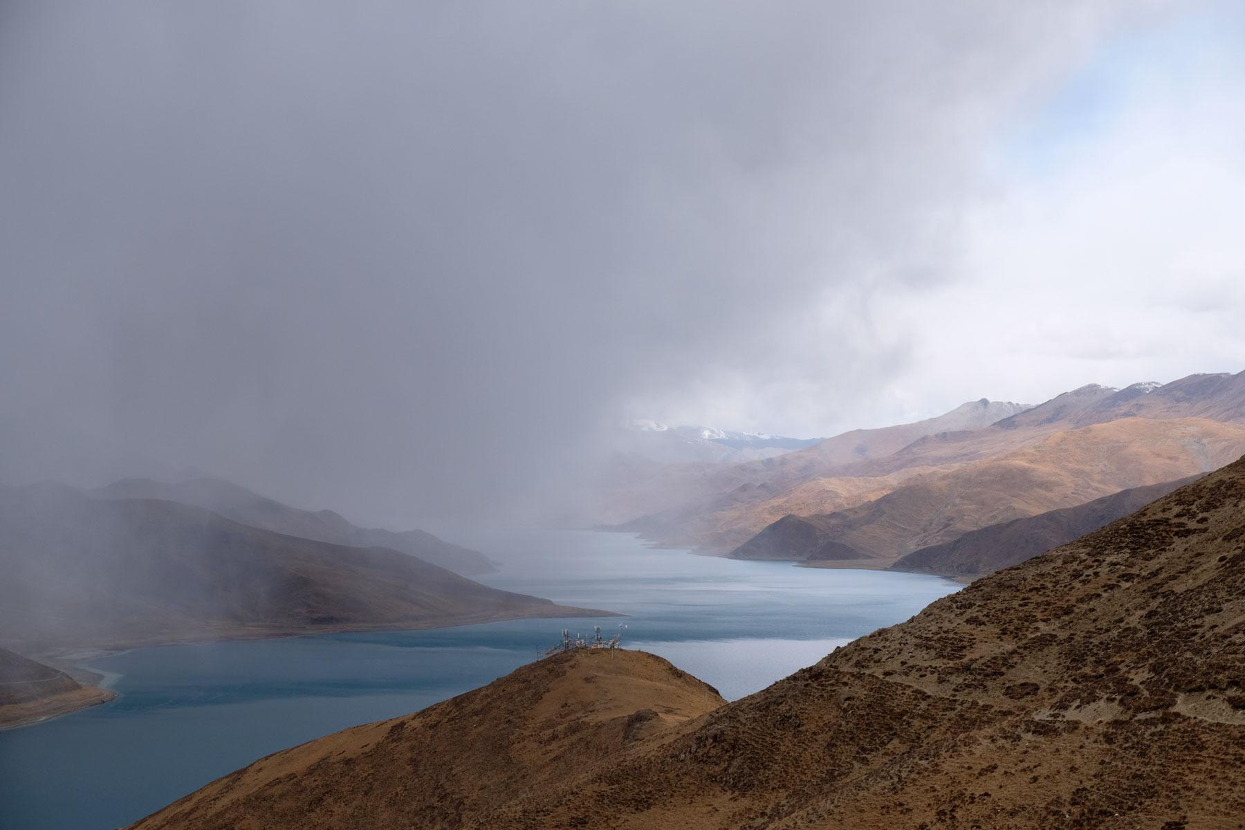 Wolken ziehen über den Yamdrok Tso See in Tibet.