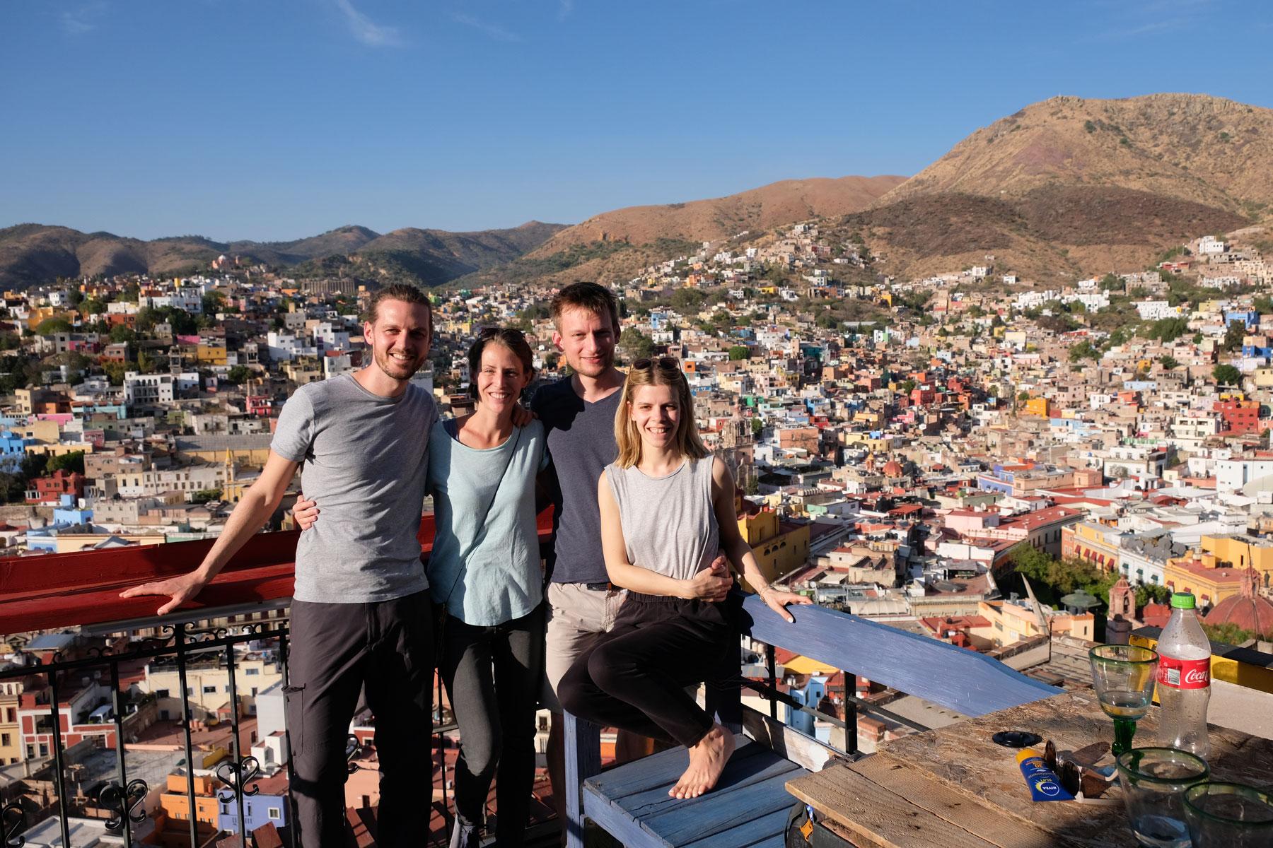 Leo und Sebastian mit ihren Freunden Pefi und Alex in Guanajuato in Mexiko.