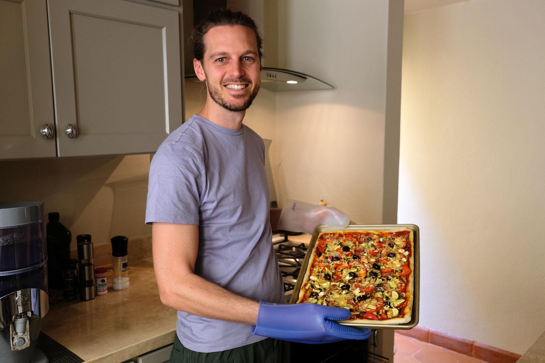 Sebastian zeigt stolz die von ihm gebackene Pizza bei unserem House Sit in San Miguel de Allende in Mexiko.