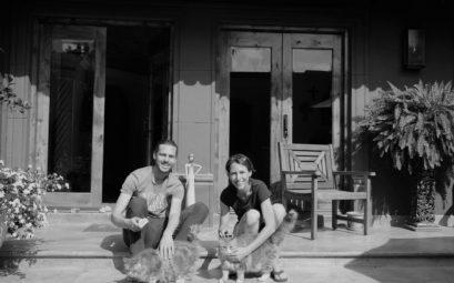 Leo und Sebastian beim House Sitting in San Miguel de Allende in Mexiko mit ihren zwei Katzen.