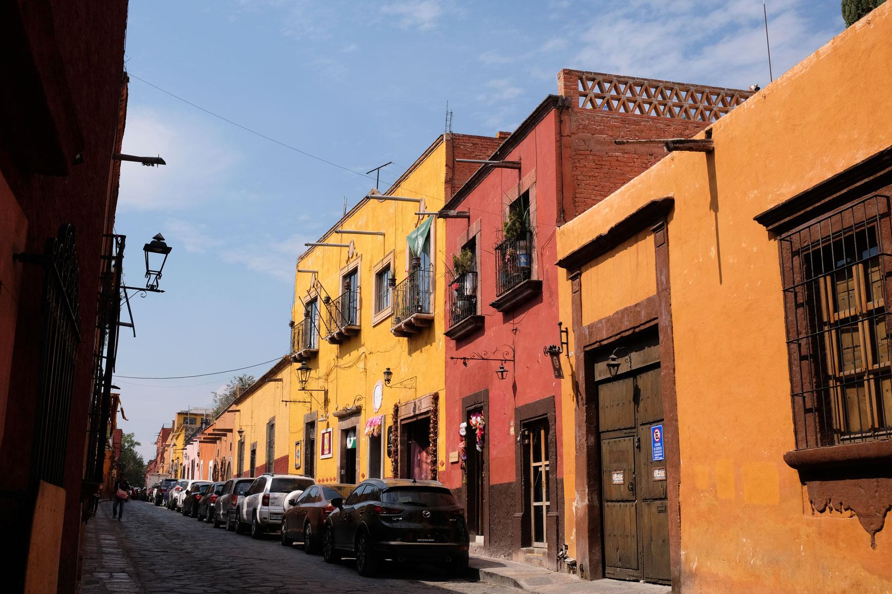 Die Straßen von San Miguel de Allende in Mexiko sind geprägt von roten und ockerfarbenen Häusern.