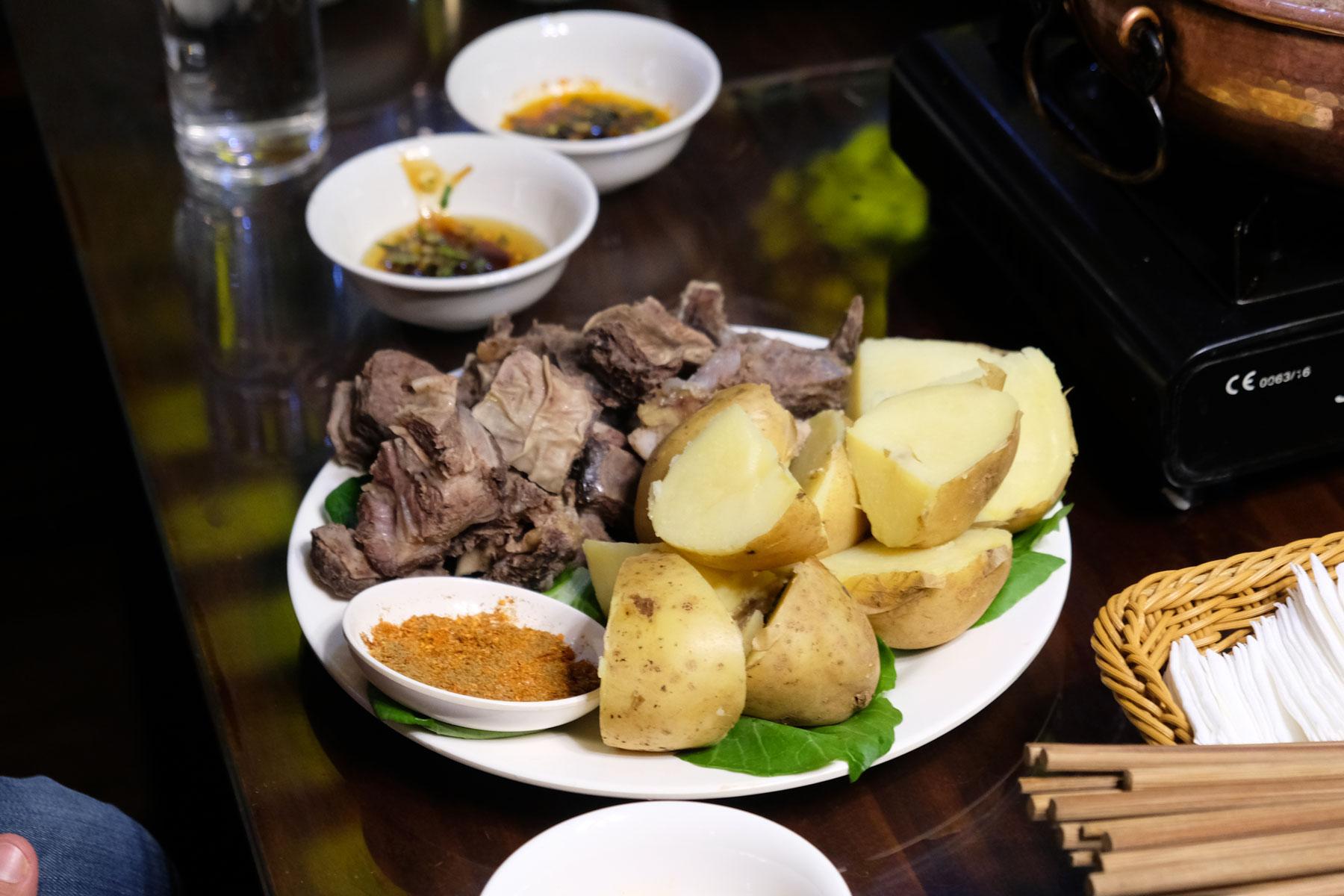 Viel Fleisch mit Kartoffeln gibt es abends in Lhasa in Tibet zu essen.