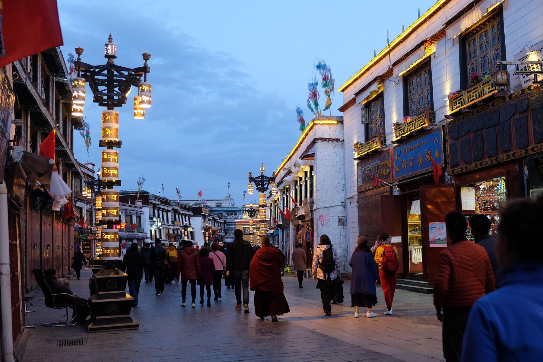 Der Barkhor leuchtet in der einsetzenden Dunkelheit in Lhasa in Tibet.