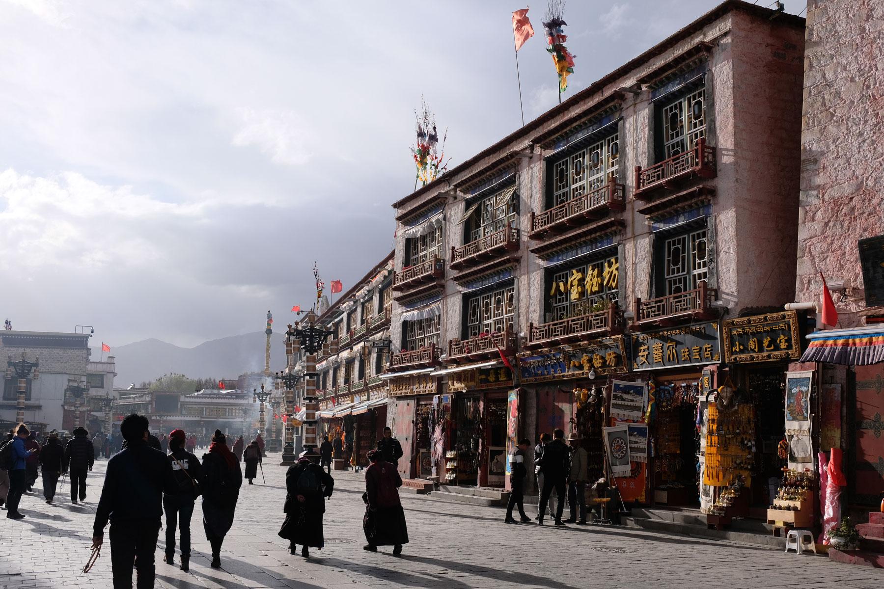 Menschen pilgern auf dem Barkhor in der Altstadt Lhasas in Tibet.