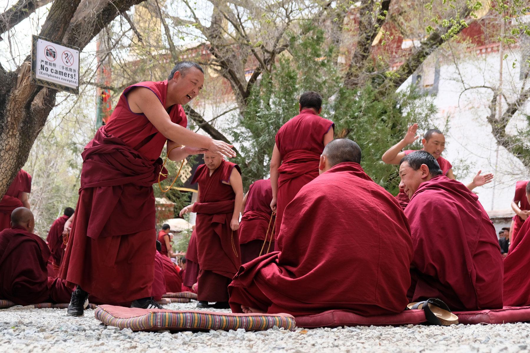 Tibetische Mönche diskutieren lautstark im Sera Kloster in Lhasa in Tibet.