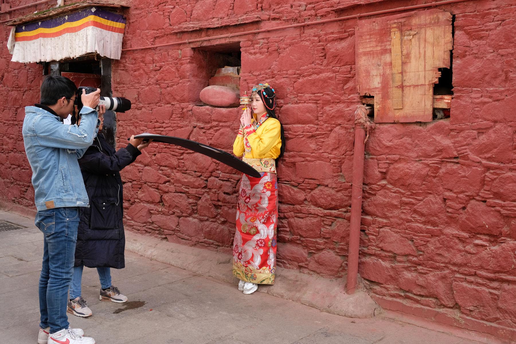Eine Han-Chinesin lässt sich in Lhasa in der traditionellen tibetischen Kleidung fotografieren.