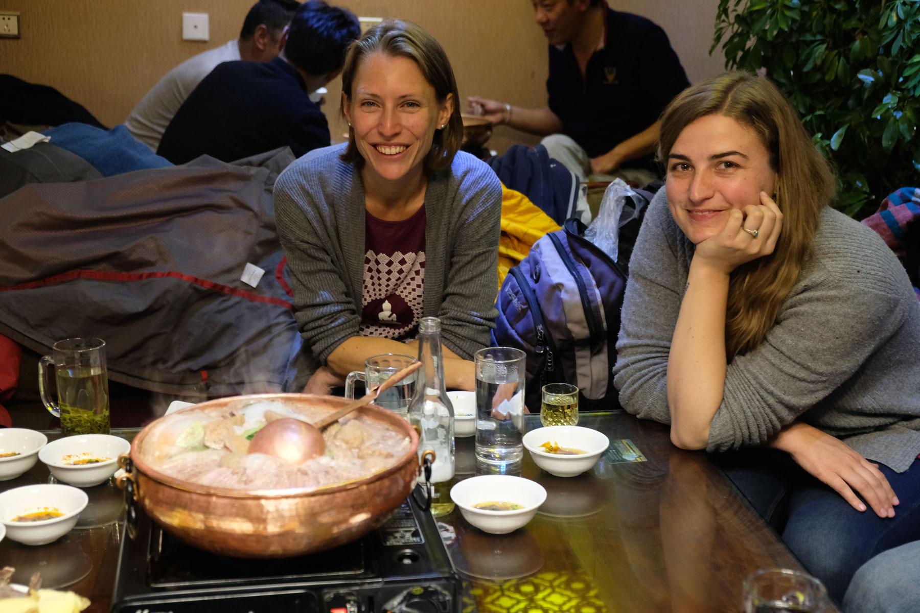Leo und Bella sitzen zusammen am Tisch in einem Restaurant in Lhasa in Tibet.