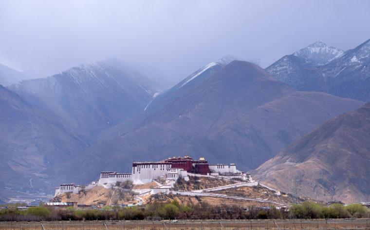 Der Potala-Palast erhebt sich auf einer Anhöhe von den Bergen Tibets.