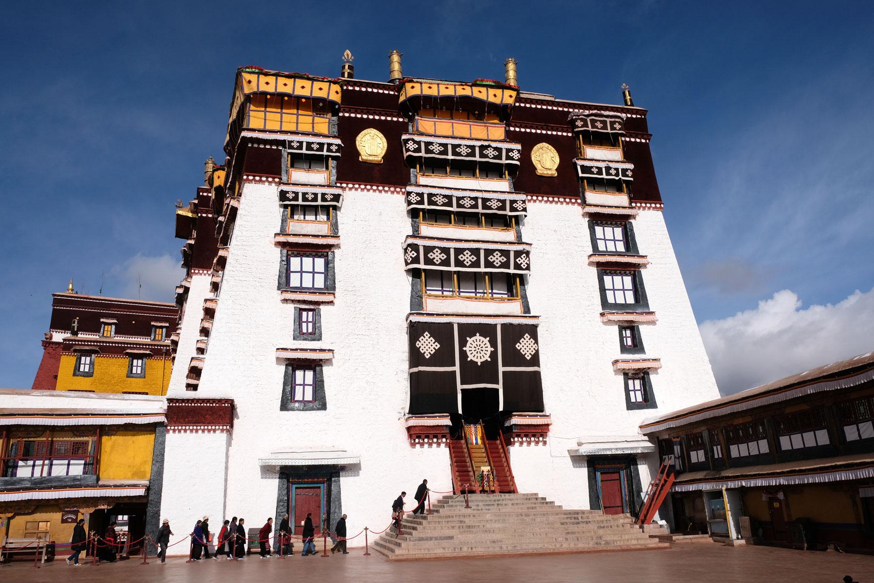 Das Haupthaus des Potalas in Lhasa in Tibet.