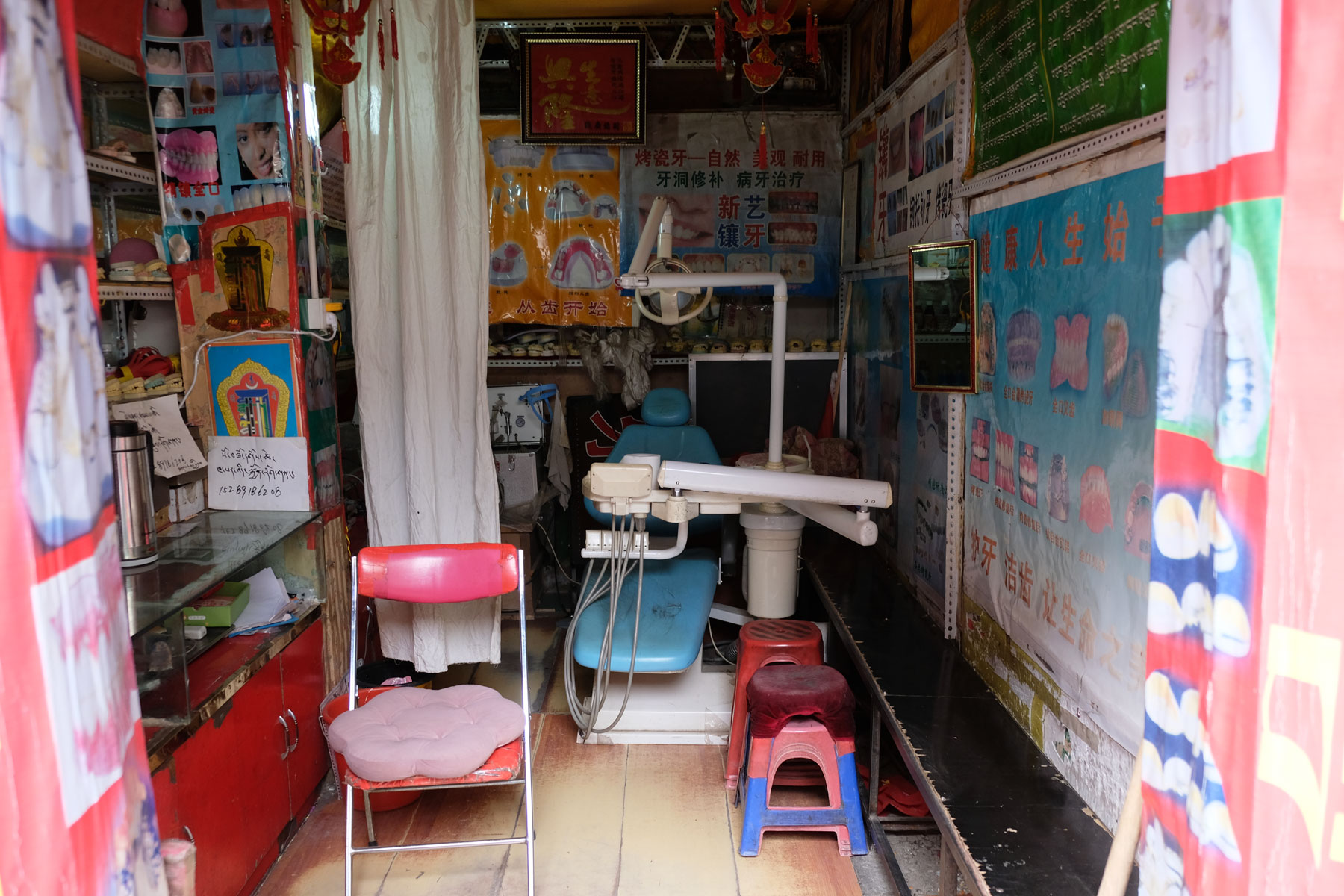 Die Praxis eines Zahnarzts in Lhasa in Tibet ist perfekt von der Straße aus einsehbar und bietet keinerlei Privatsphäre.