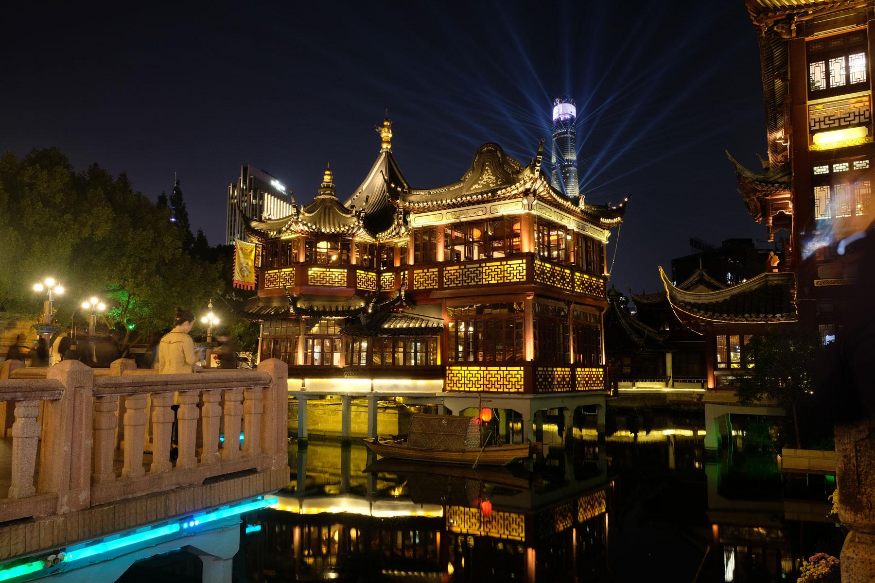 Die Altstadt von Shanghai leuchtet in der Nacht.