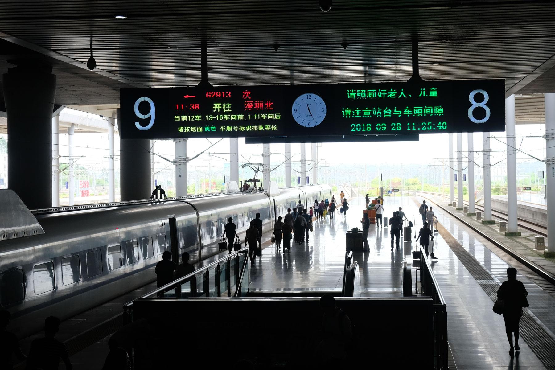 Ein Schnellzug steht in Nanning am Gleis bereit zur Abfahrt.