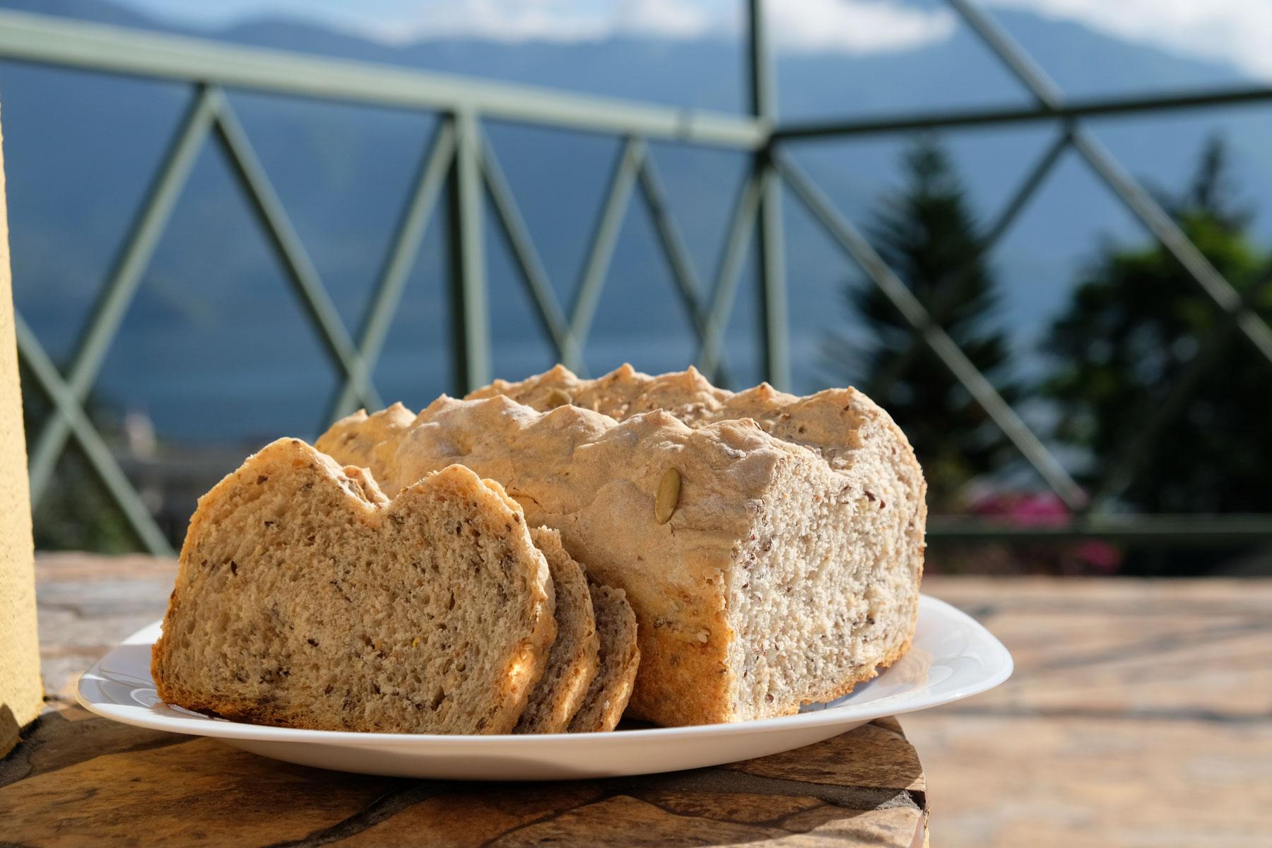 Leo und Sebastian haben zum ersten Mal selbst beim Housesitting in Guatemala ein Brot gebacken.