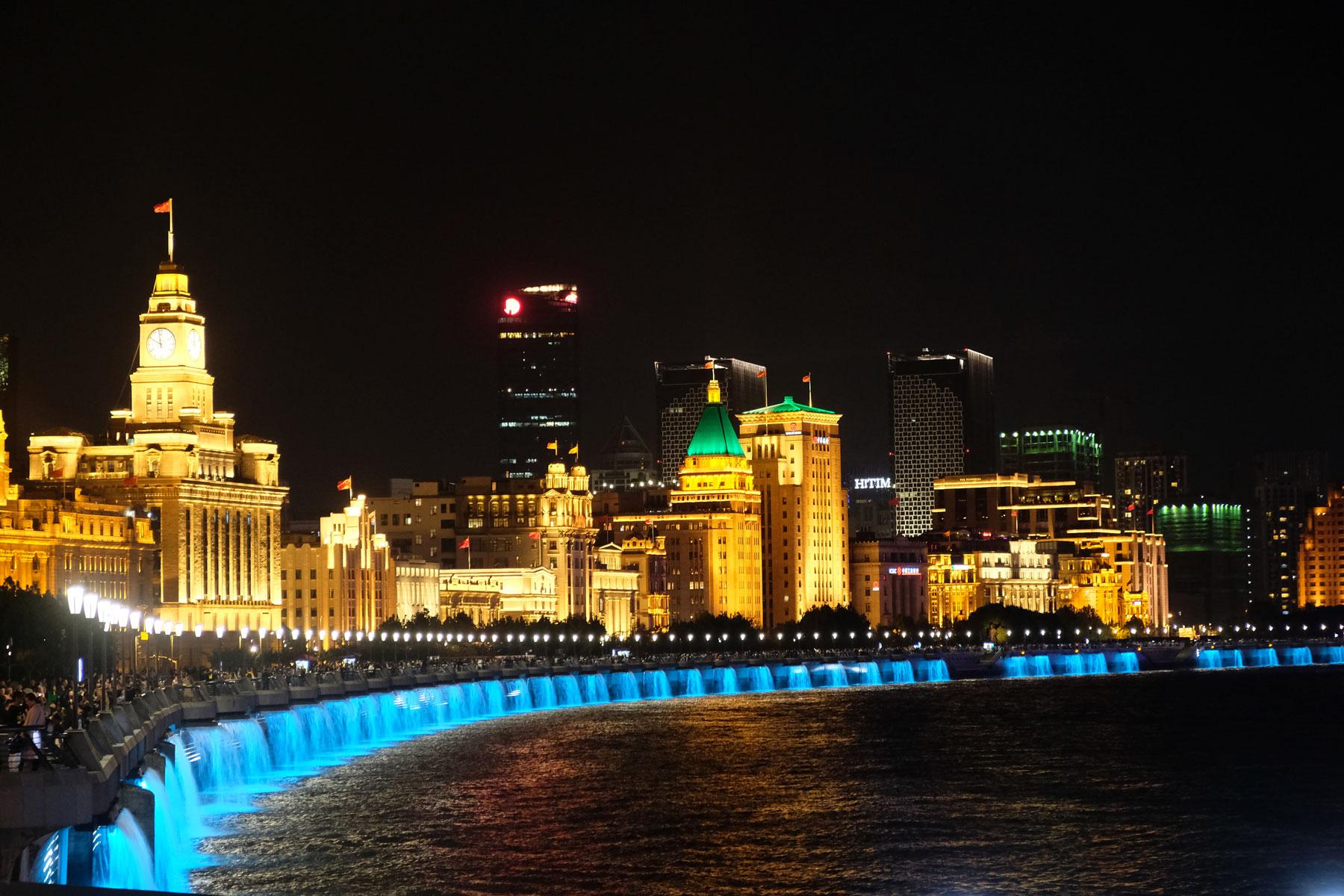 Nachts ist The Bund in Shanghai hell erleuchtet.