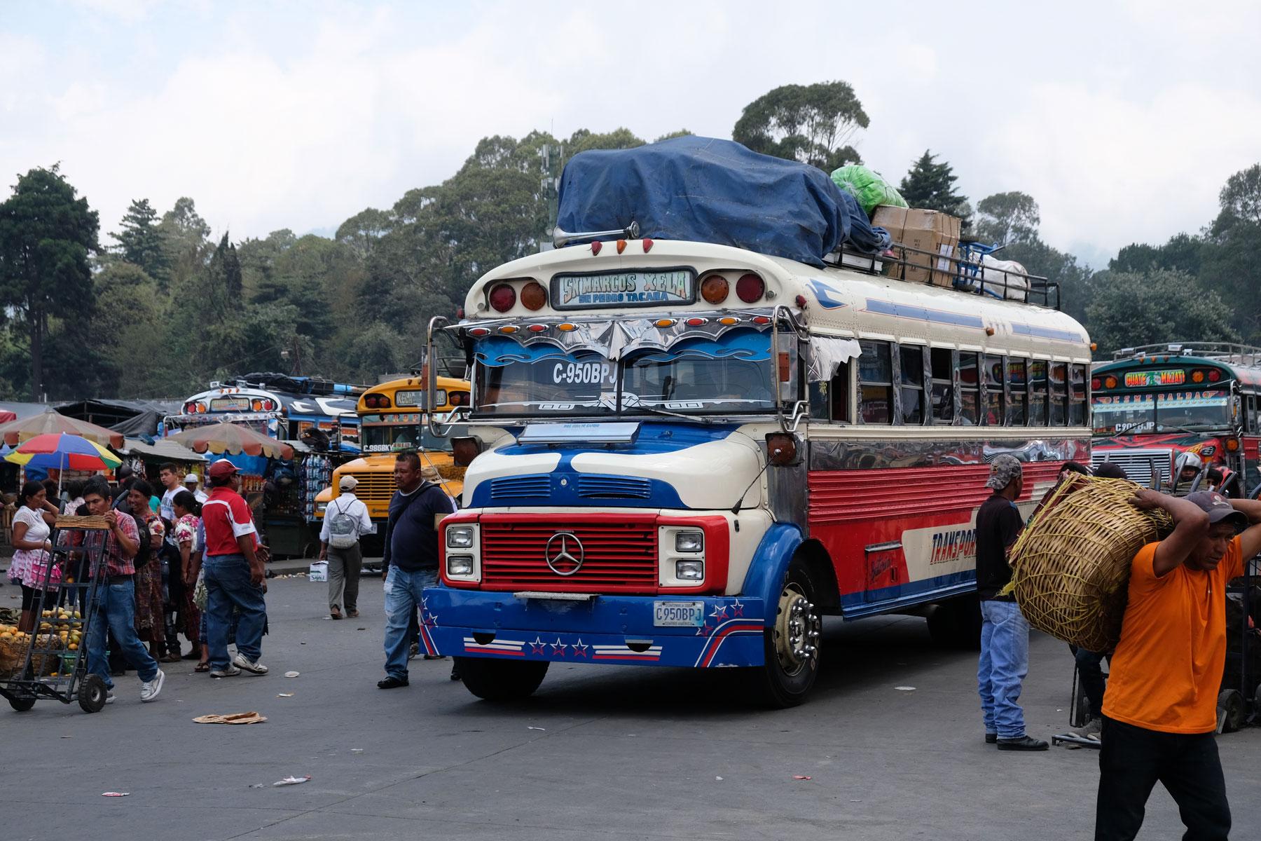 In Xela in Guatamala wird ein Chicken Bus beladen.