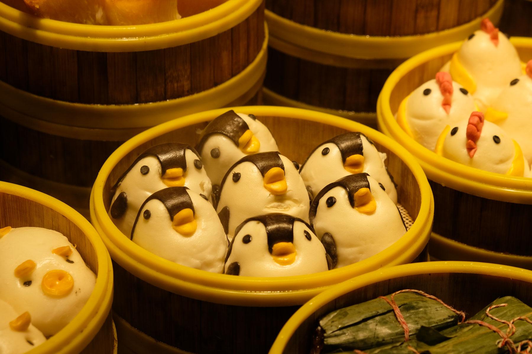 Als Pinguine verzierte Dampfbrötchen in Shanghais Künstlerviertel Tianzifang.