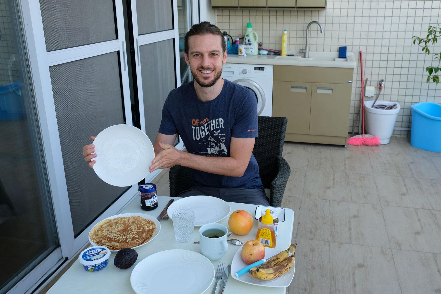Sebastian präsentiert stolz unsere Frühstückspfannkuchen.