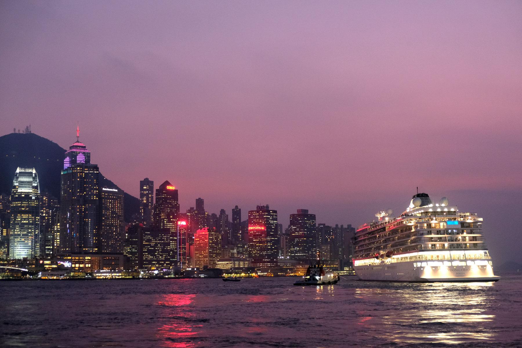 Ein Kreuzfahrtschiff legt im Hafen von Hongkong ab.