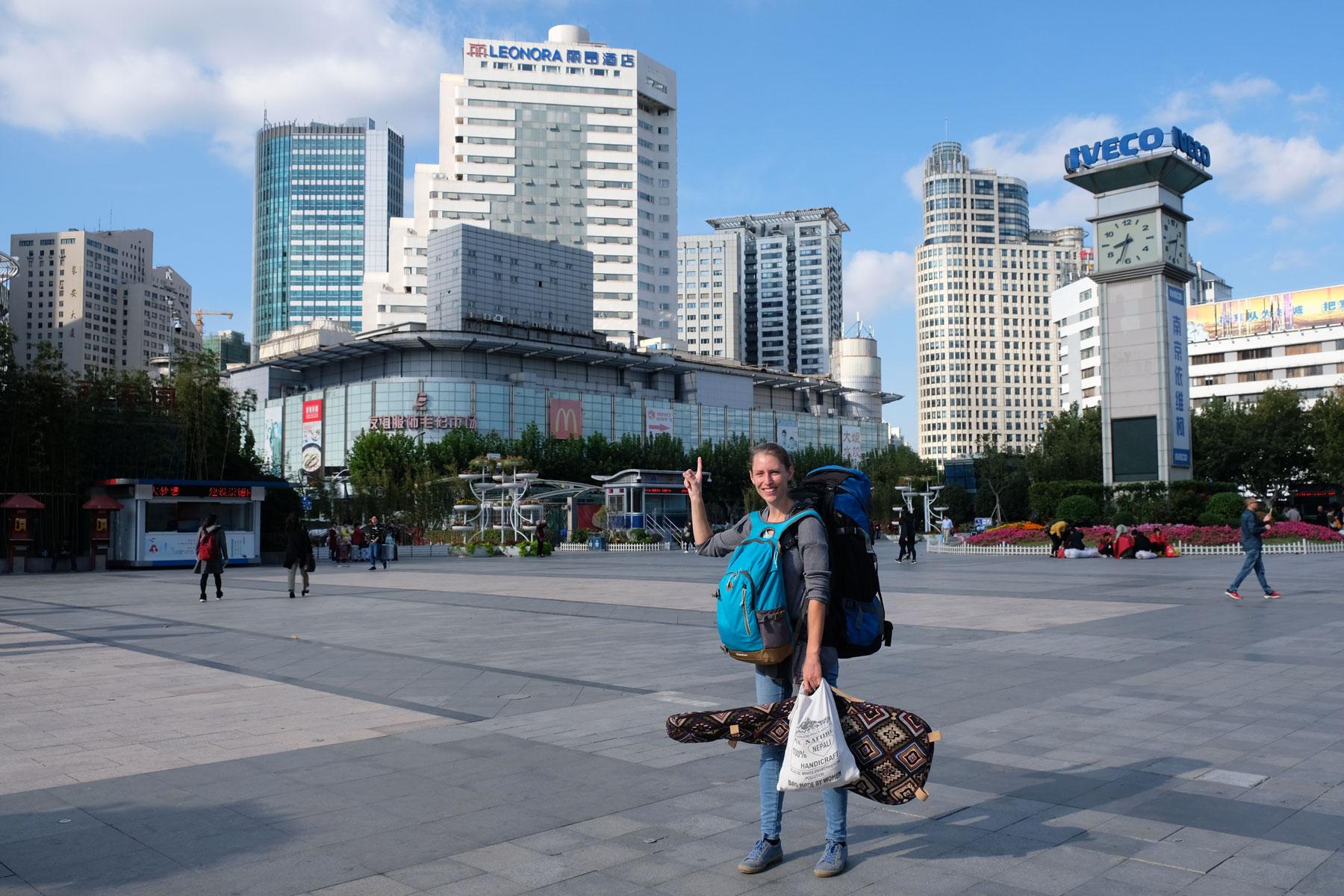 Leo steht am Bahnhof von Shanghai vor dem Leonora-Hotel.