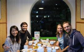 Leo und Sebastian sitzen mit ihren Couchsurfing-Gastgebern Hailey und Narayan im Restaurant.