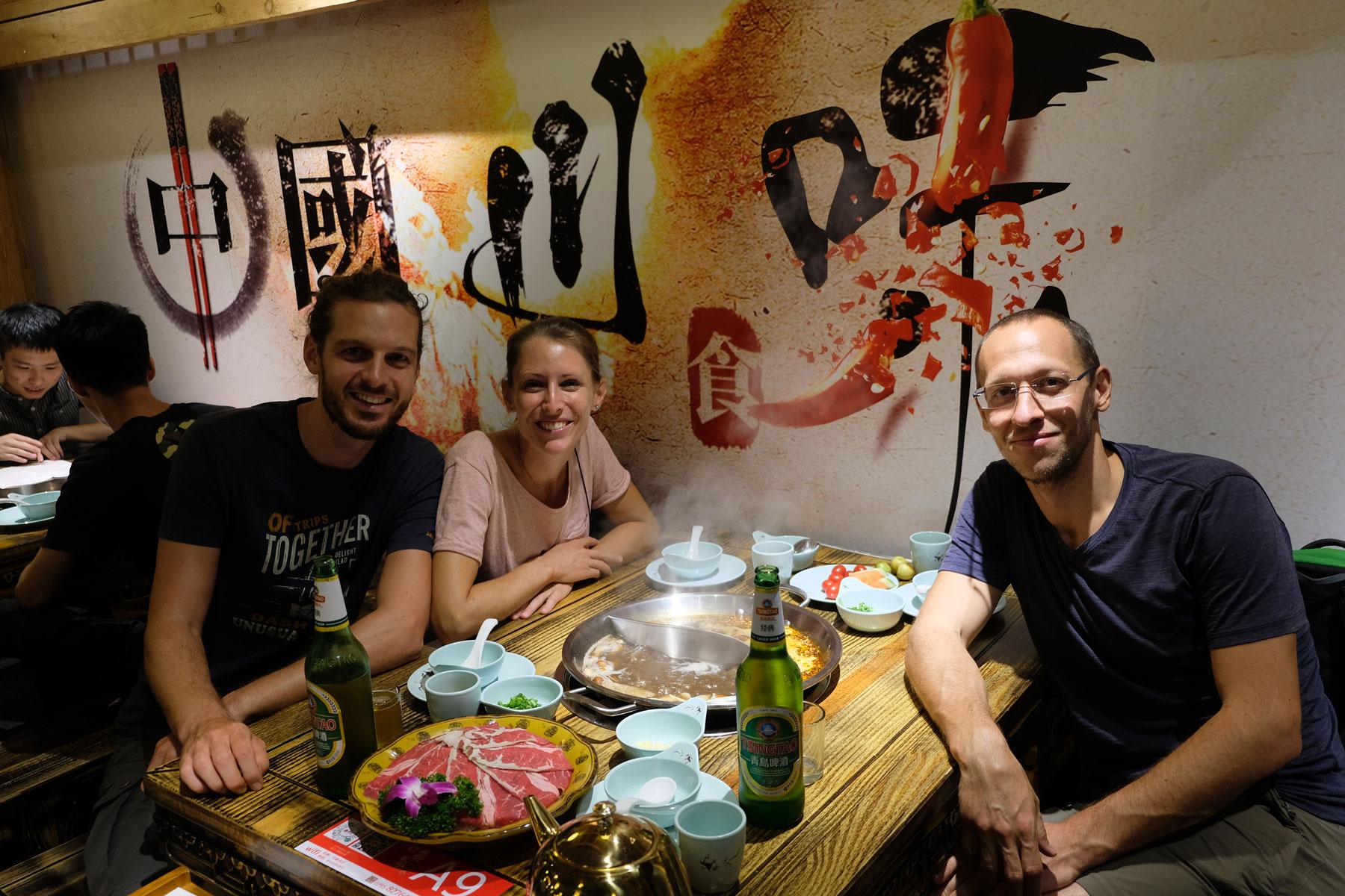 Leo und Sebastian essen mit Curtis einen Hotpot in Shenzhen.