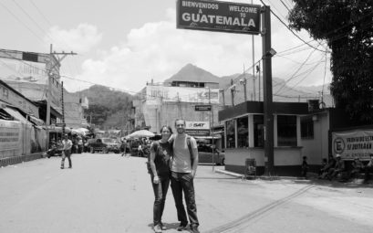 Leo und Sebastian stehen an der Grenze zwischen Mexiko und Guatemala.