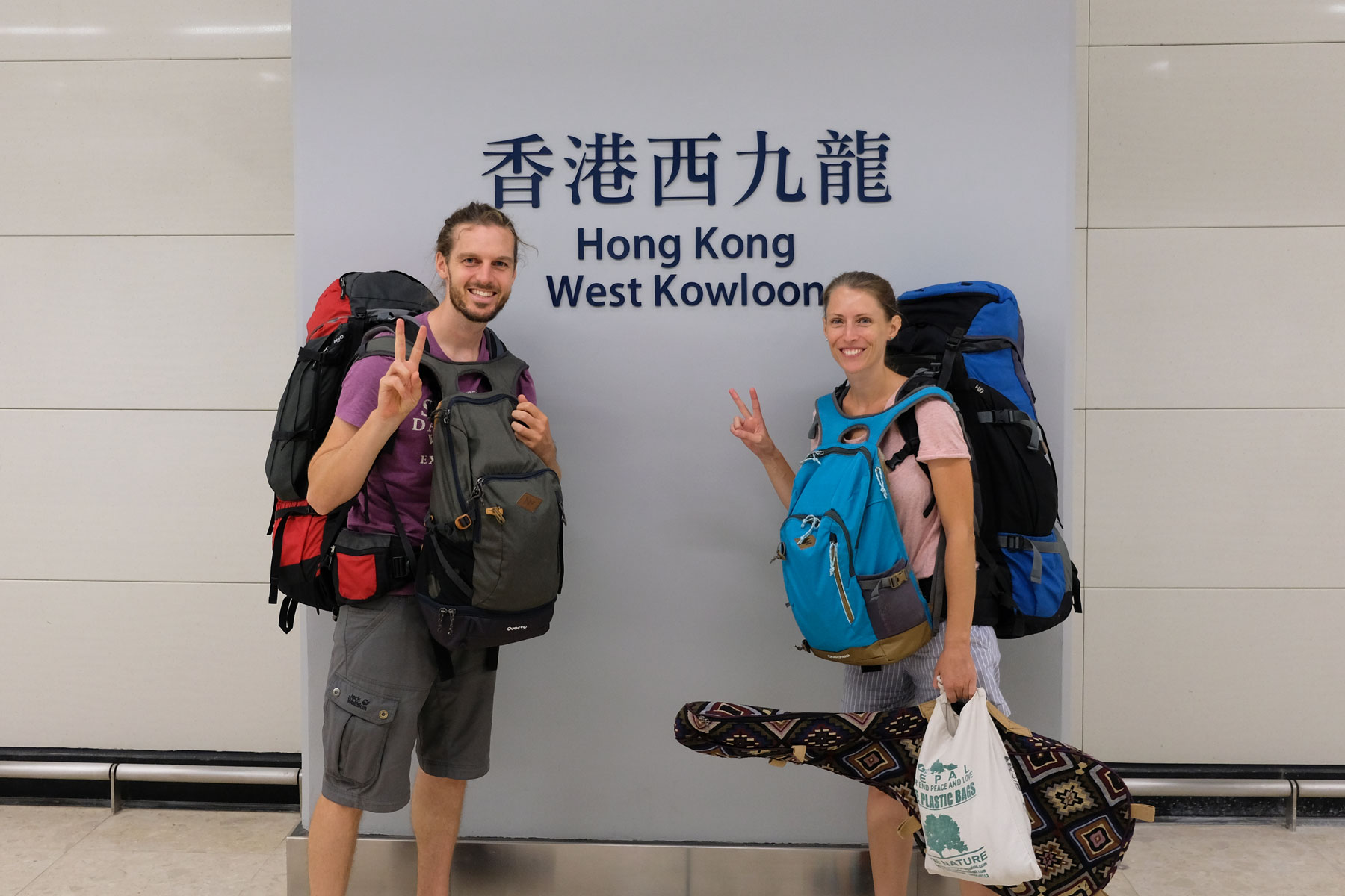 Leo und Sebastian von eins2frei am Bahnhof von Hongkong.