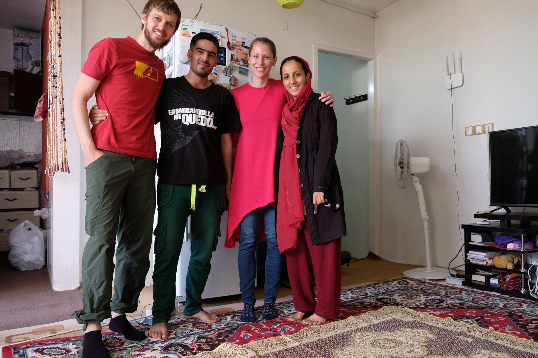Leo und Sebastian stehen mit Mehrane und Mahmoud in ihrem kleinen Hostel in Shiraz.