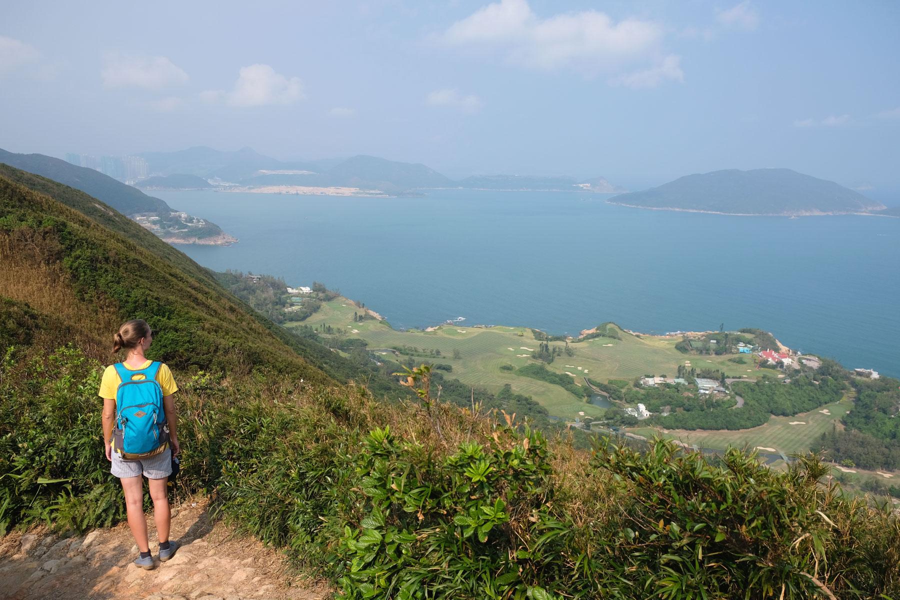 Leo steht auf dem Dragon's Back in der Nähe von Hongkong.