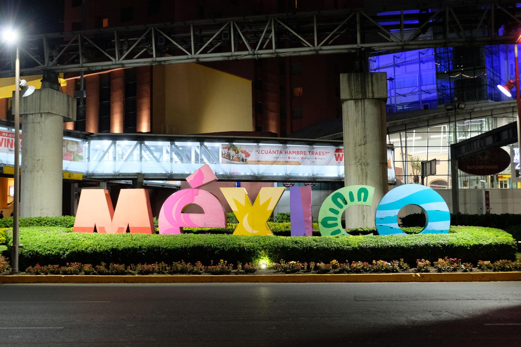 """Ein """"Mexico""""-Schriftzug leuchtet in Mexiko-Stadt."""