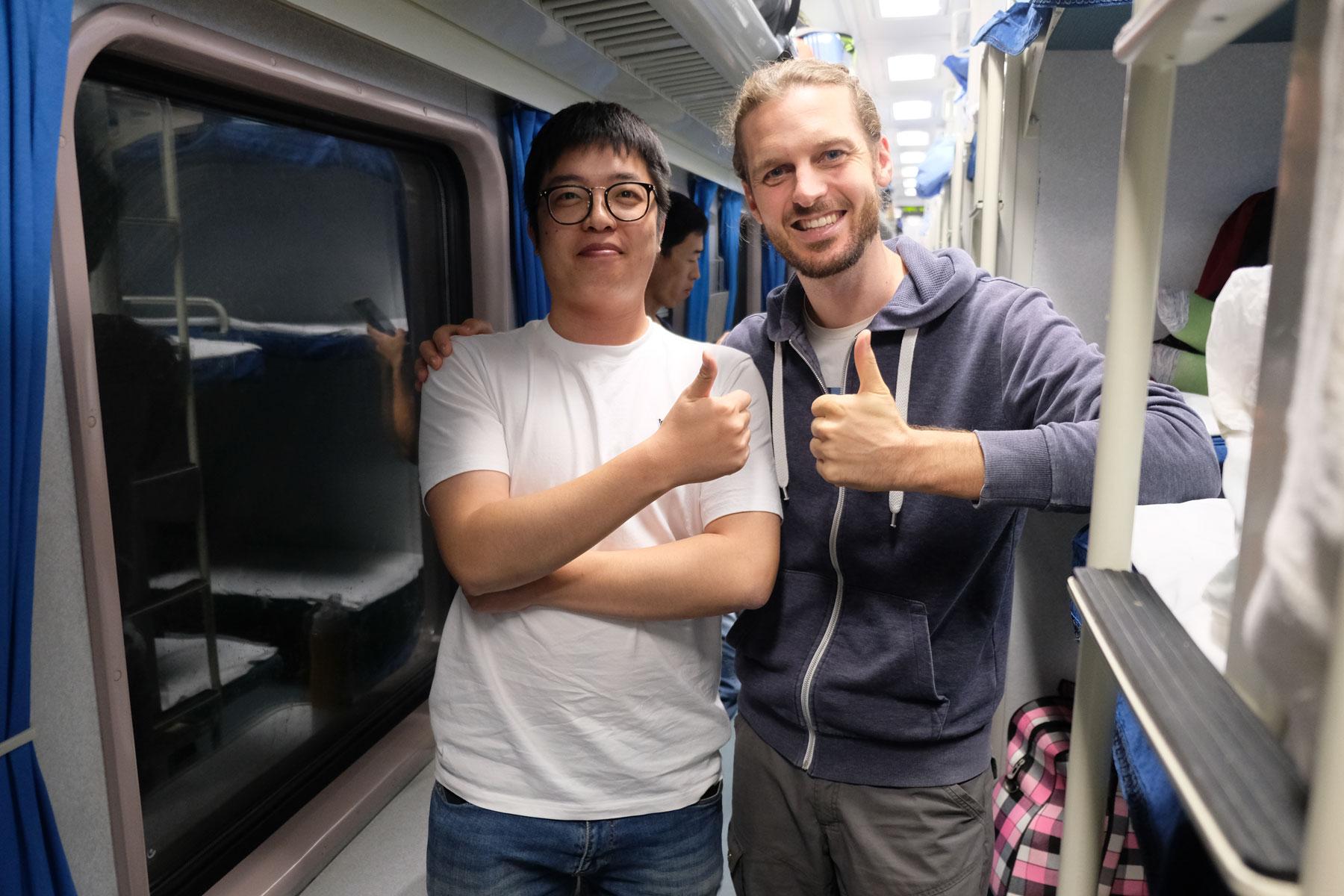 Sebastian steht mit unserem Mitreisenden Jack im Zug, der uns von Shenzhen nach Shanghai bringt.