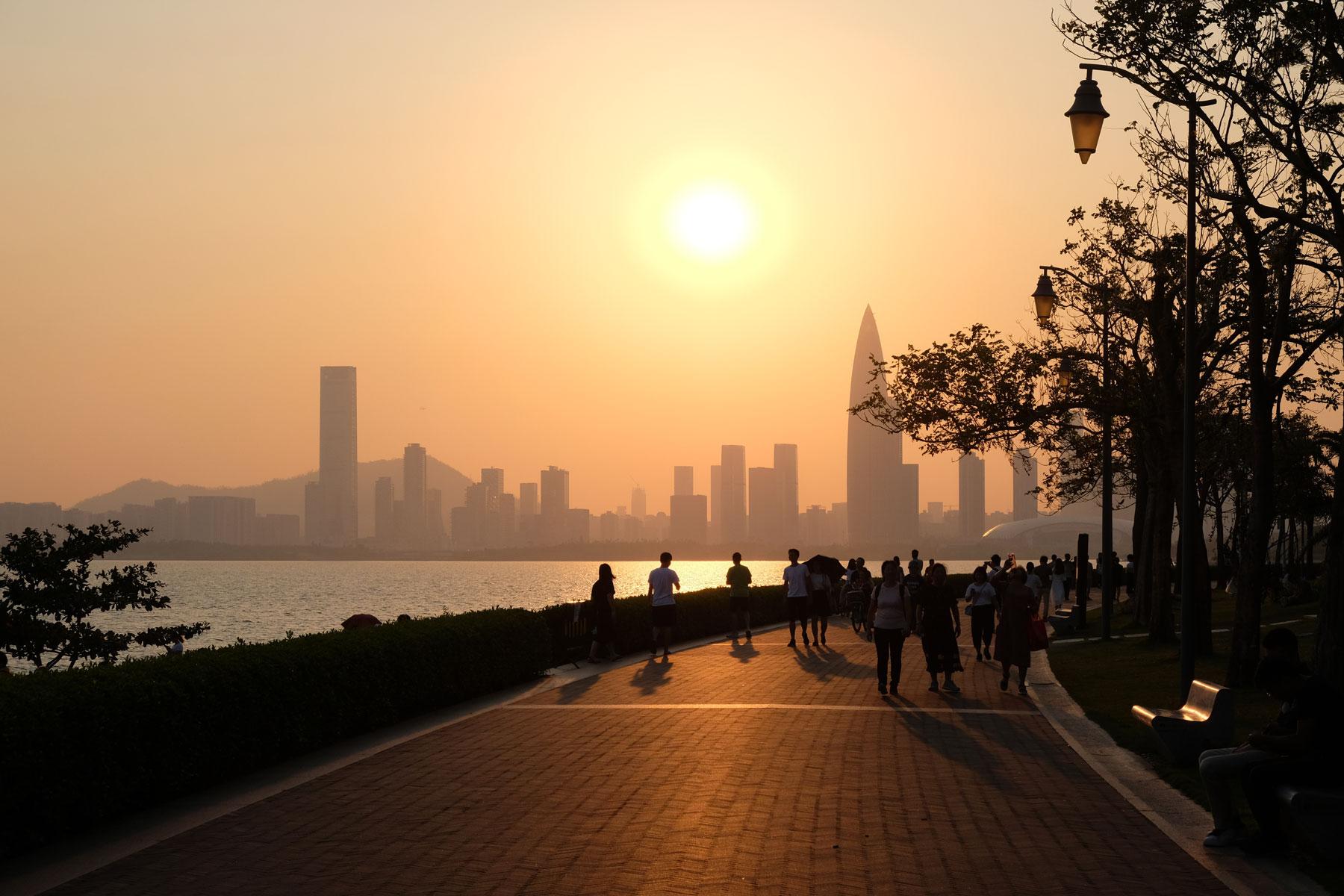 Die Sonne geht hinter der Skyline von Shenzhen unter.