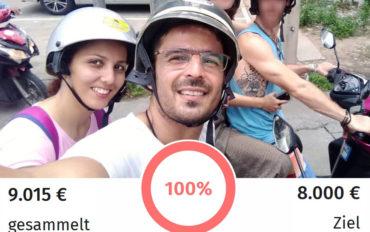 Mehrane und Mahmoud sitzen lächelnd auf einem Motorroller. Das Ziel der Spendenkampagne ist erreicht.