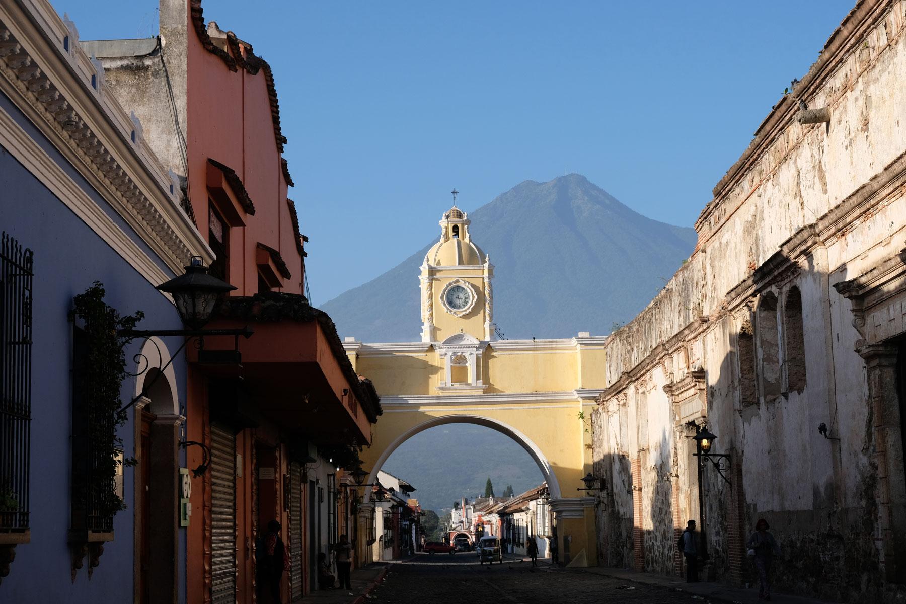 Der Vulkan Agua erhebt sich hinter dem Arco de Santa Catalina in Antigua, Guatemala.