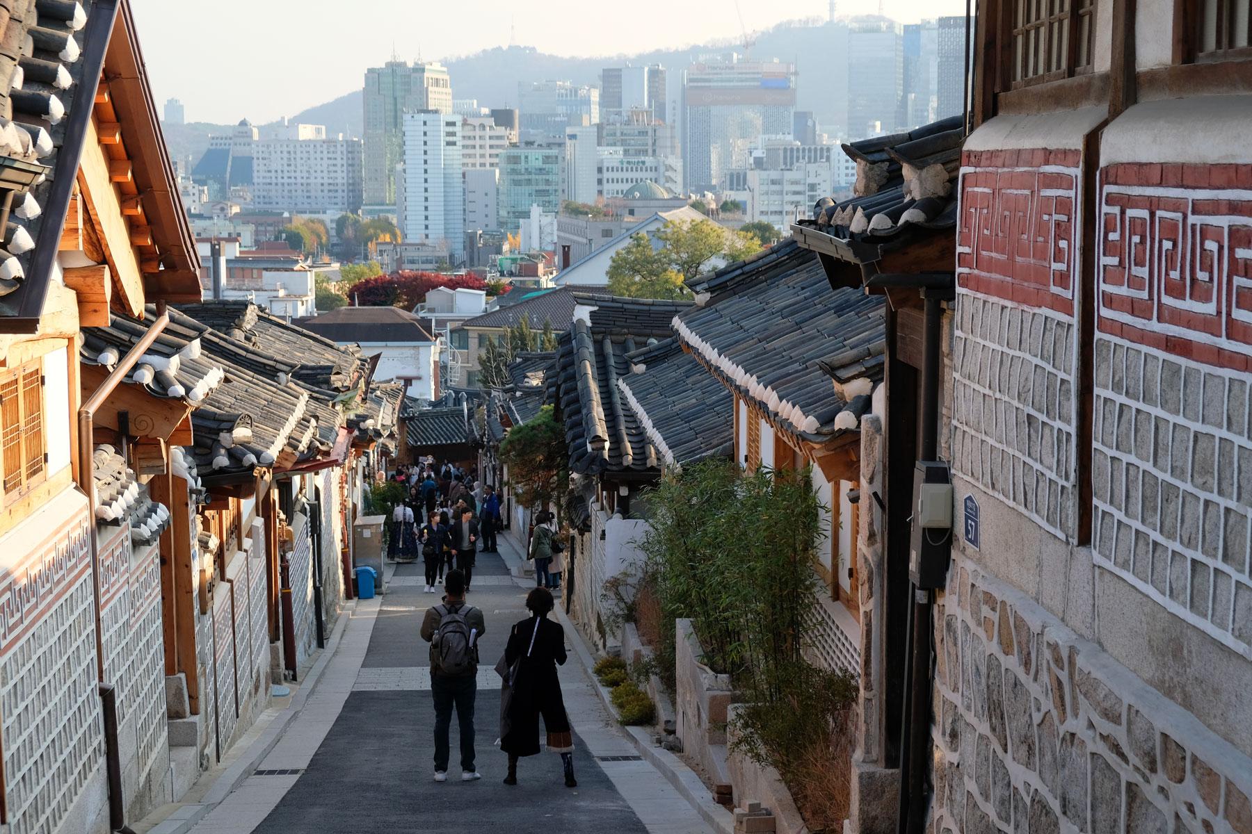 Touristen laufen durch das Bukchon Hanok Village in Seoul, Südkorea.