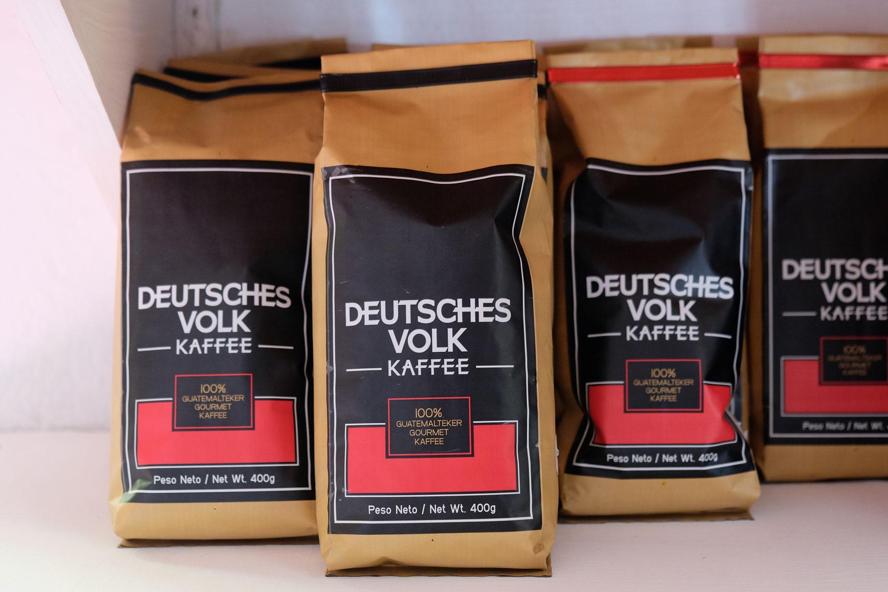 Deutsches Volk Kaffee in einem Regal in Antigua in Guatemala.