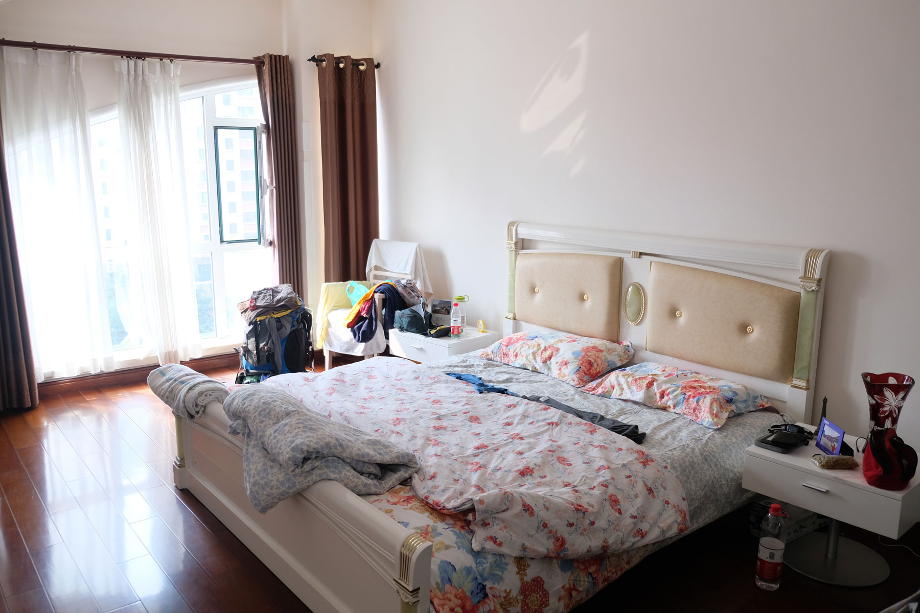 Unser Gästezimmer in Qingdao ist geräumig und hell.