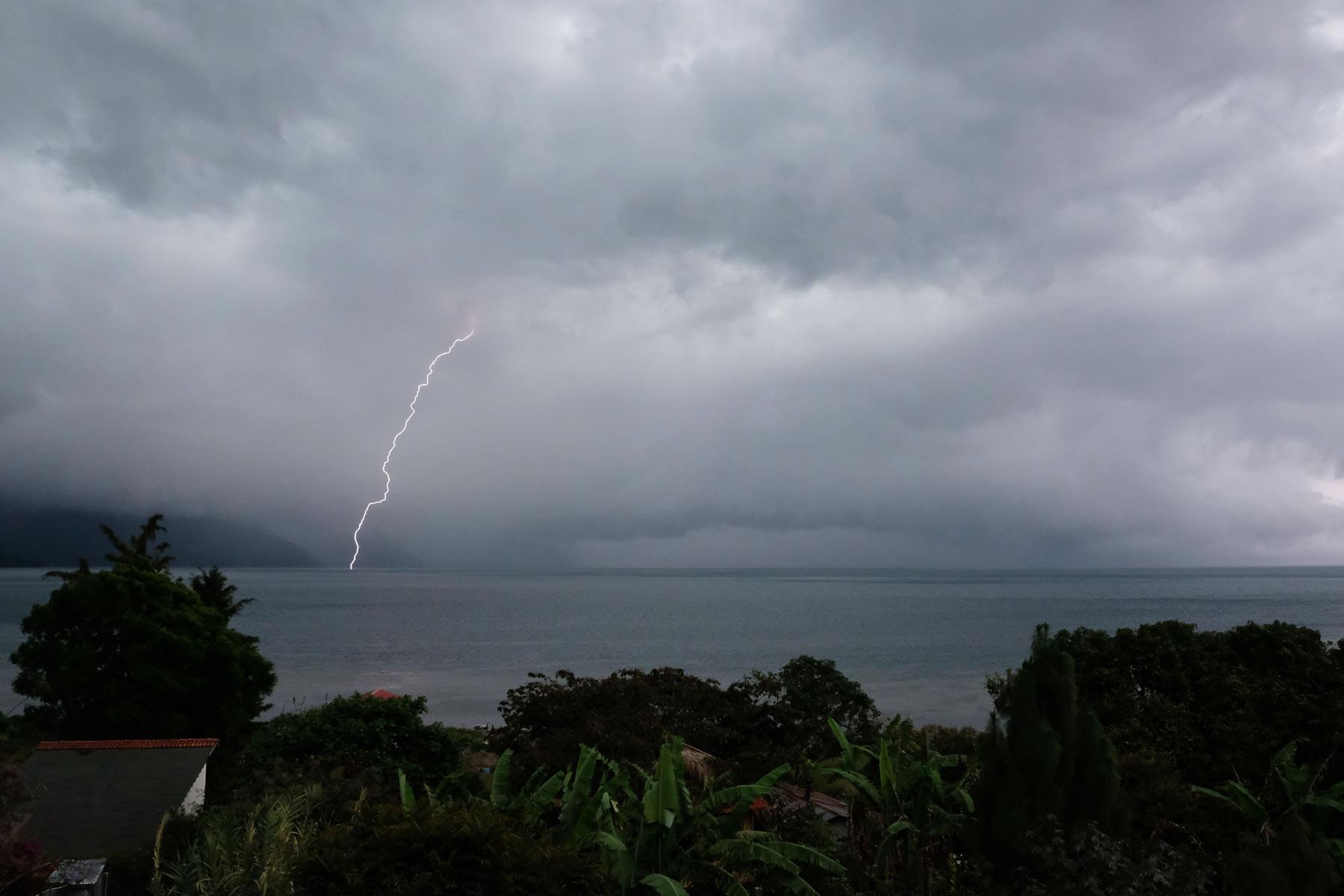 Blitze zucken über den Atitlán-See in Guatemala.