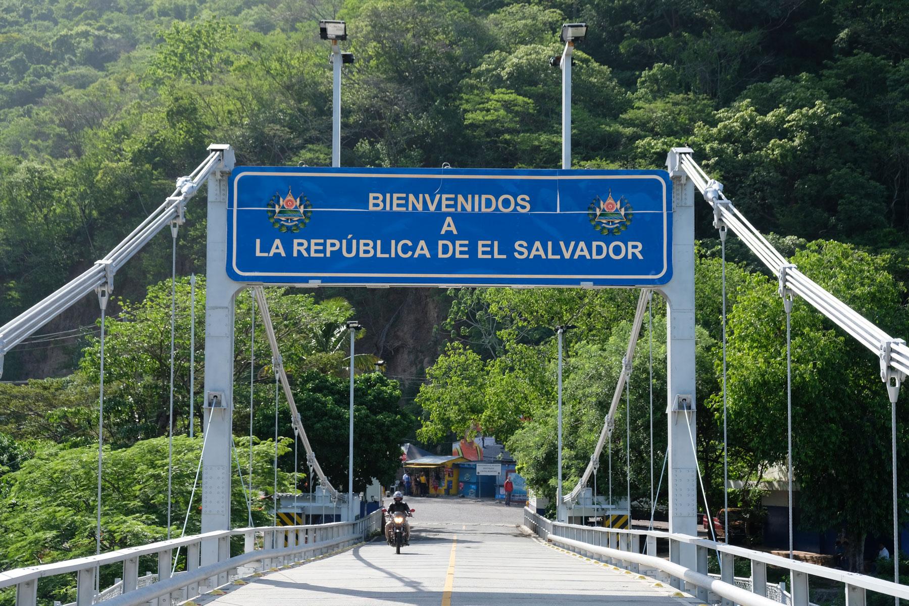 Die Grenze zwischen Guatemala und El Salvador führt über eine Brücke.