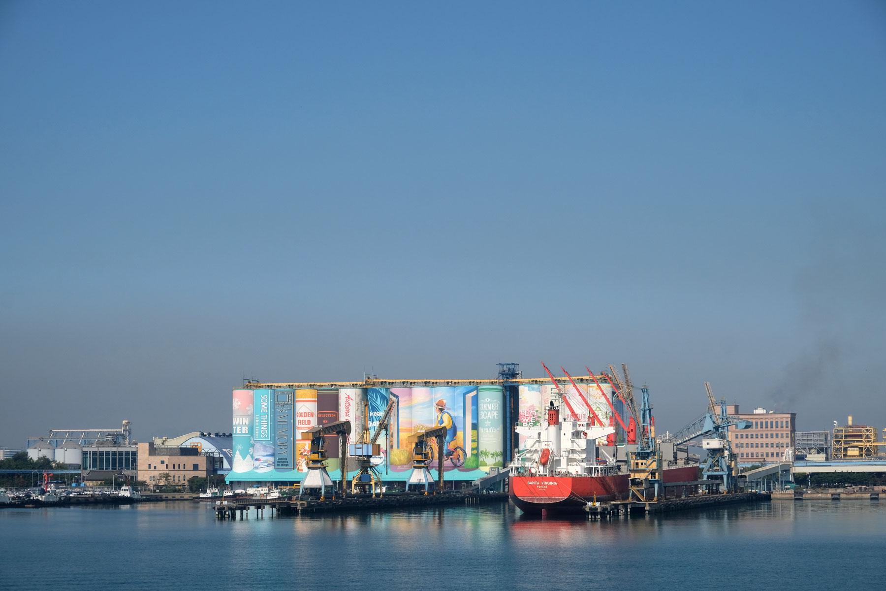 Über dem Hafen von Incheon hängt eine gelbe Smogschicht in der Luft.